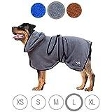 Bella & Balu Hundebademantel aus Mikrofaser + Pfotentuch – Saugfähiger Hunde Bademantel zum Trocknen nach dem Baden, Schwimmen oder Spaziergang im Regen (L | Grau)